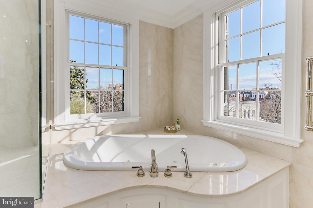 Soaking Tub & Rain Shower with Monument Views - 1400 34TH ST NW, WASHINGTON