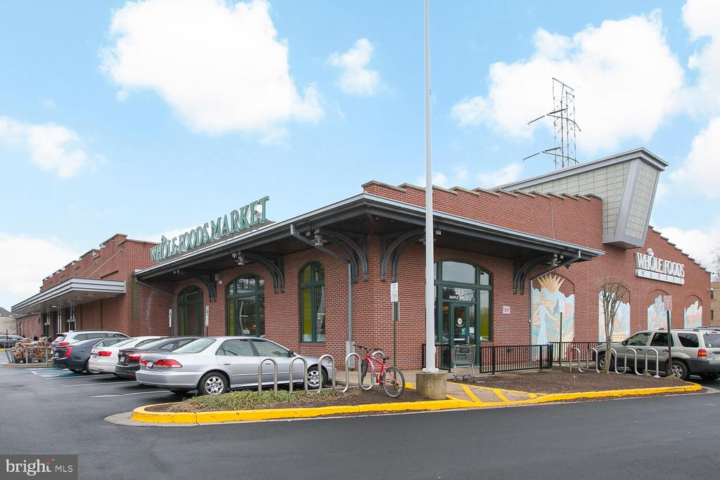 Seconds to shopping and restaurants - 210 PARK TERRACE CT SE #66, VIENNA