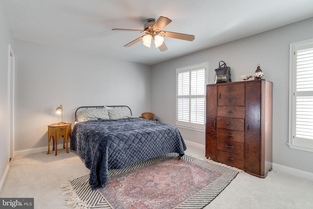 Spacious master bedroom - 6253 RATHLIN DR, SPRINGFIELD
