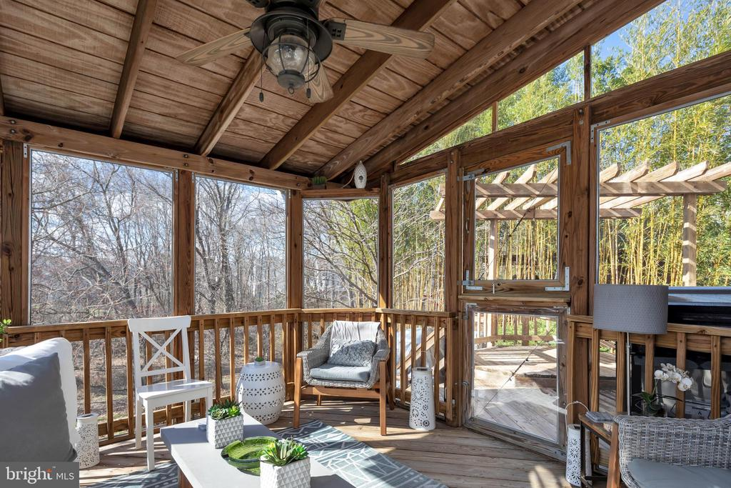 Awesome screened porch for year round use - 9 BROOKMEADE CT, STERLING