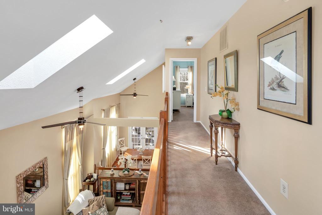 Upper level catwalk between bedrooms - 9 BROOKMEADE CT, STERLING