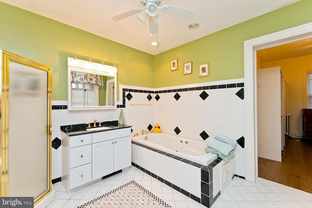 En-suite master bathroom with soaker tub - 202 S WASHINGTON ST, WINCHESTER