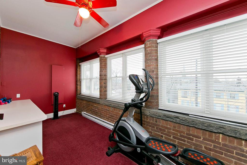 Large sunroom off of 3rd bedroom - 202 S WASHINGTON ST, WINCHESTER