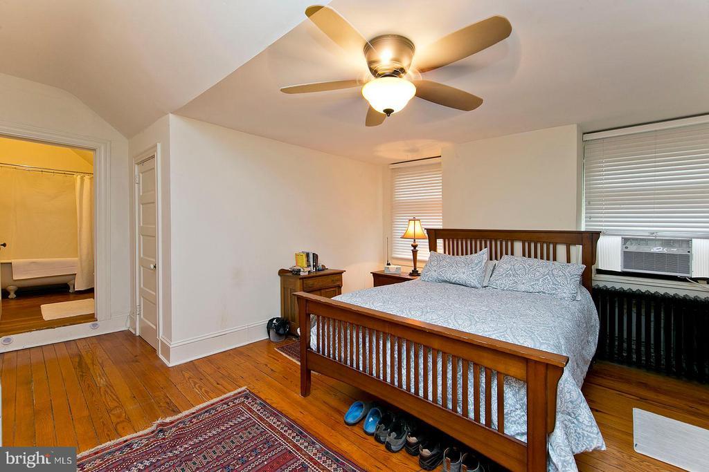Bedroom with bathroom on 3rd floor - 202 S WASHINGTON ST, WINCHESTER