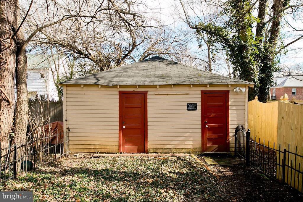 Garage in back of home - 202 S WASHINGTON ST, WINCHESTER