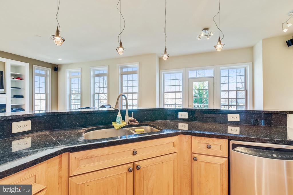 Kitchen With Breakfast Bar - 47640 PAULSEN SQ, STERLING