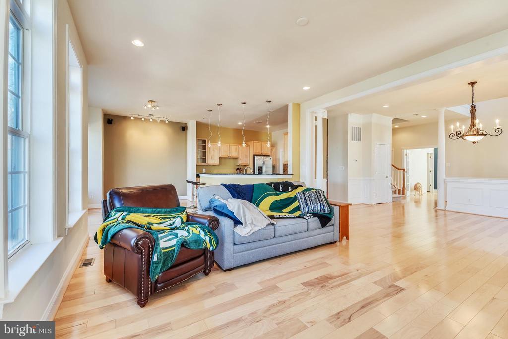 Living Room With Hardwood Floors - 47640 PAULSEN SQ, STERLING