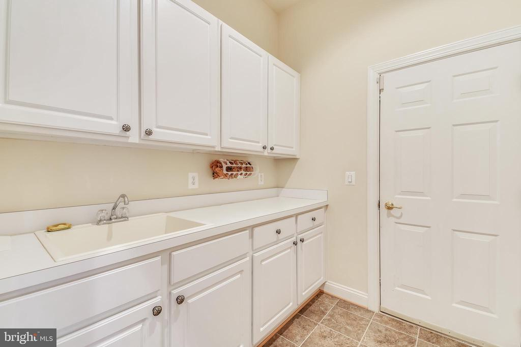 Mud Room With Sink & Built In Cabinets - 47640 PAULSEN SQ, STERLING