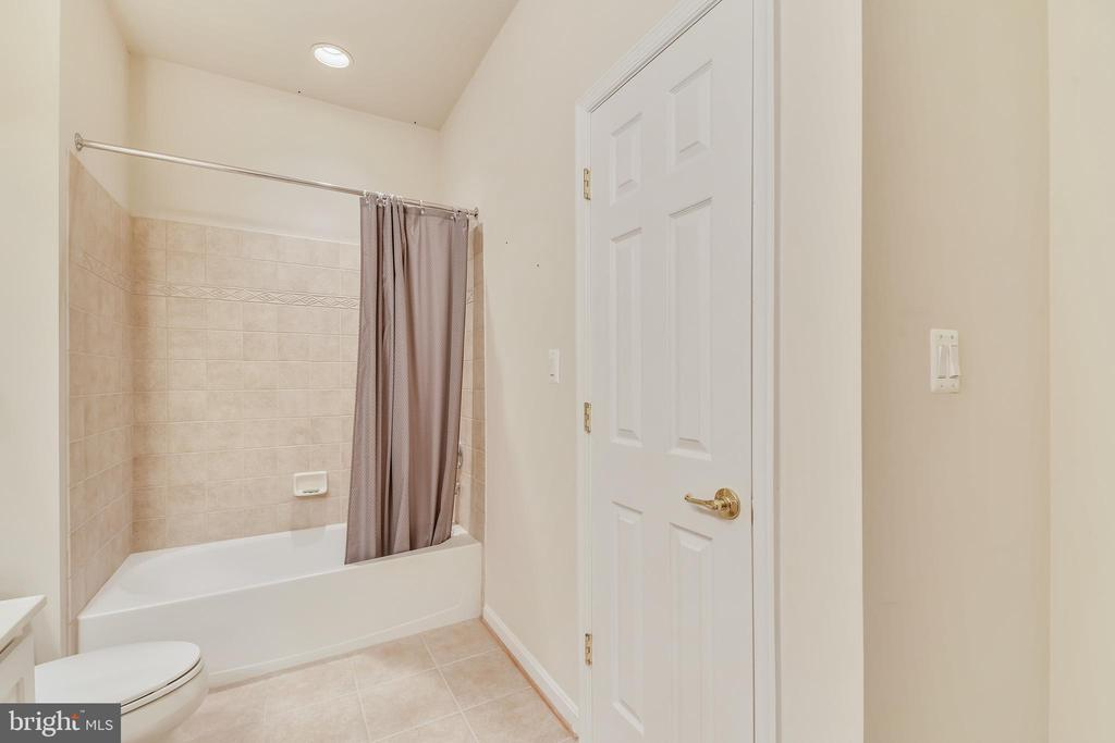 Upper Level Hall Bathroom With Tub & Shower Combo - 47640 PAULSEN SQ, STERLING