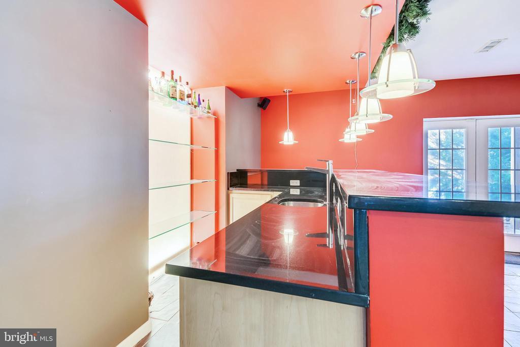 Wet Bar With Pendant Lighting - 47640 PAULSEN SQ, STERLING