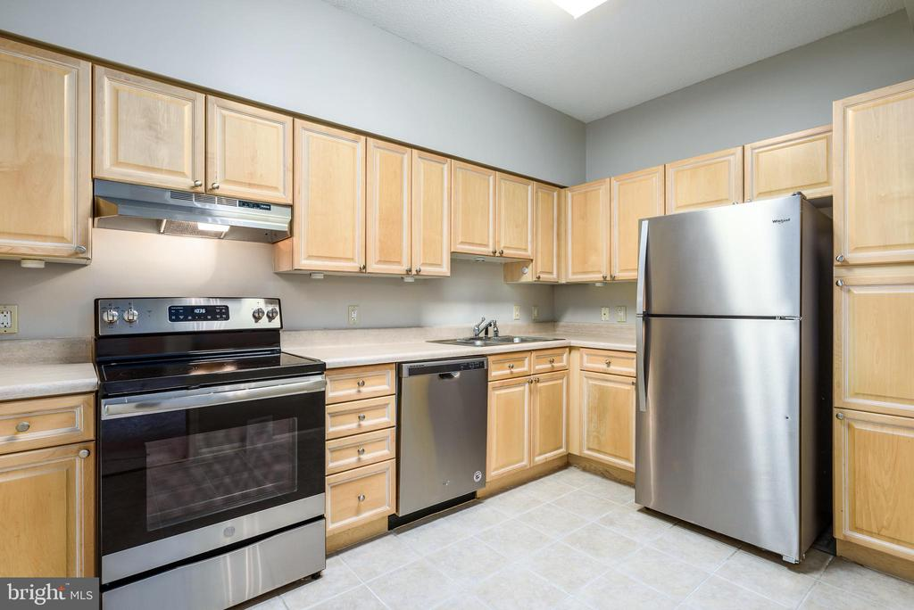 Kitchen with stainless steel appliances - 19375 CYPRESS RIDGE TER #602, LEESBURG