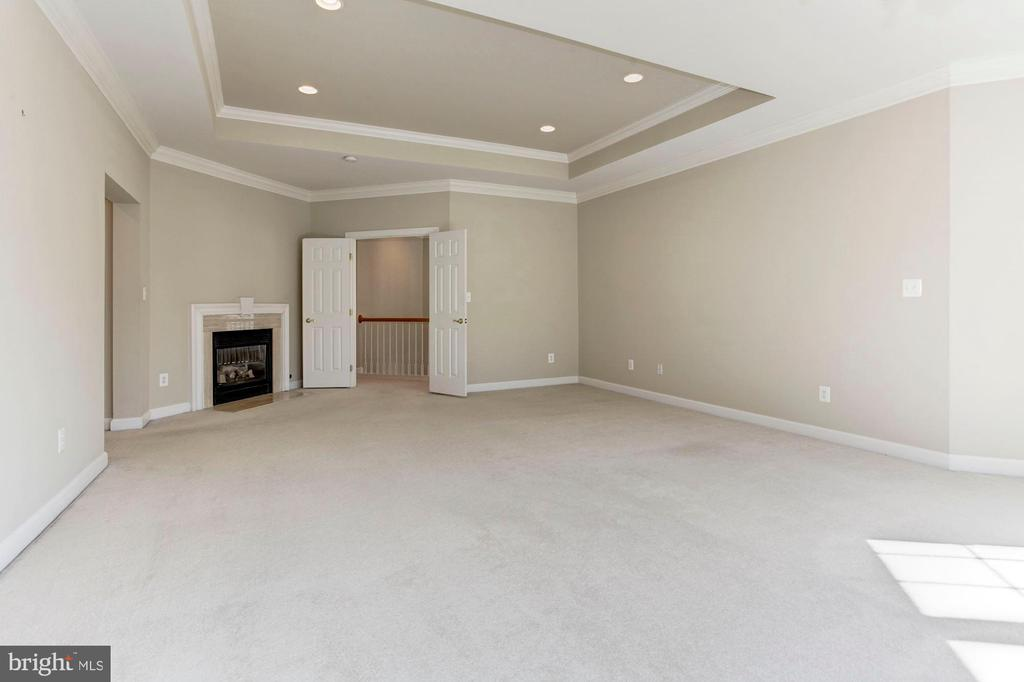 Owner's BR - fireplace - 10115 RATCLIFFE MANOR DR, FAIRFAX