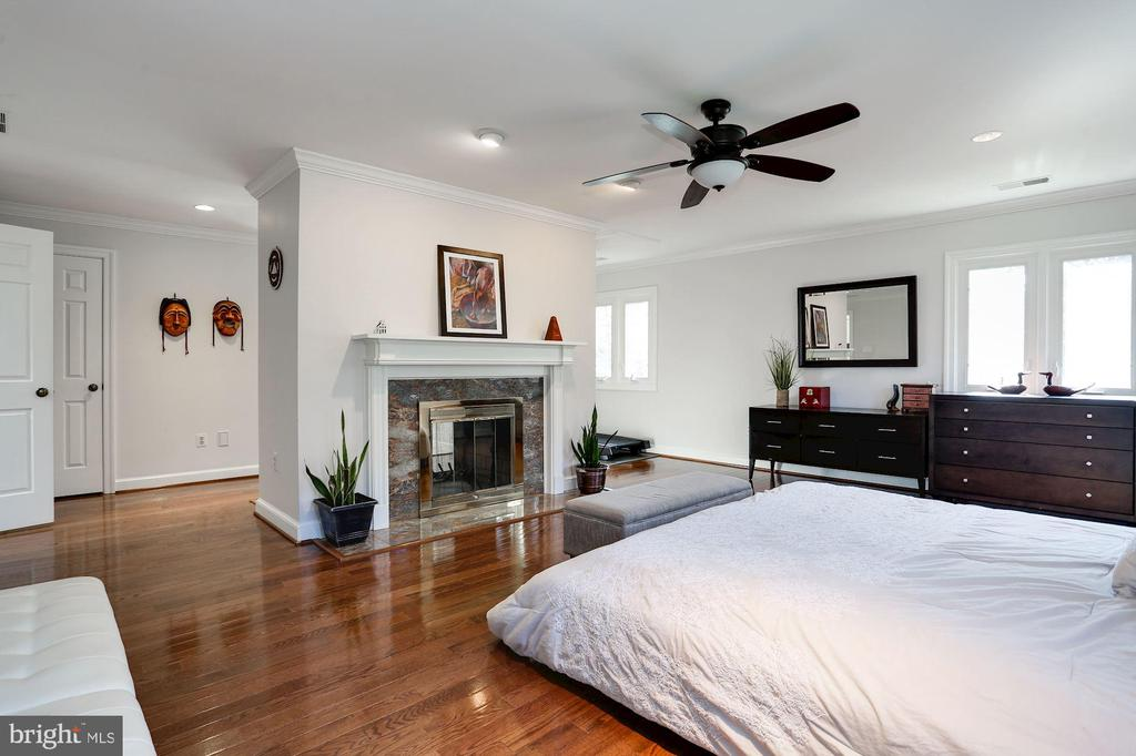 Master bedroom with fireplace - 1412 COVENTRY LN, ALEXANDRIA