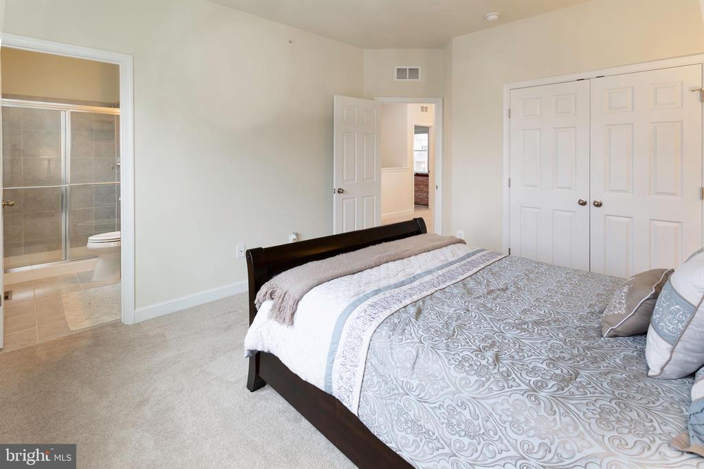 Bedroom 2 with Bath - 6109 HUNT WEBER DR, CLINTON