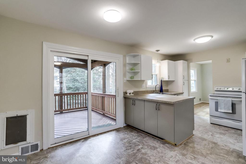 Sunny space with an open feel. - 9211 ANTELOPE PL, SPRINGFIELD