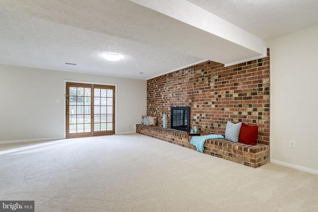 New Carpet. Gas Fireplace, Egress to Yard. - 9211 ANTELOPE PL, SPRINGFIELD