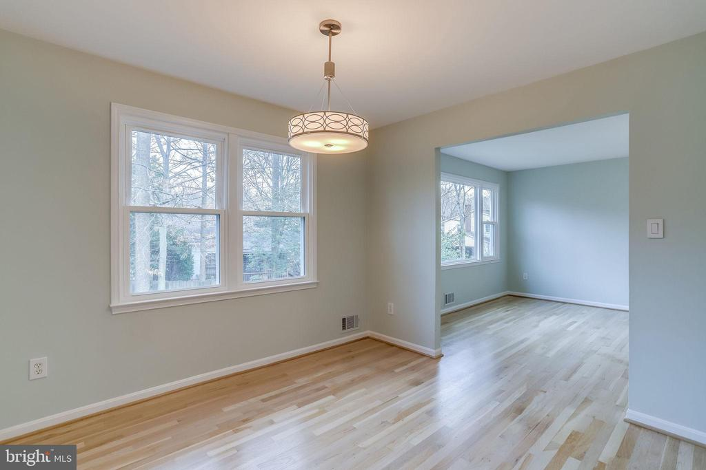 New lighting, gleaming hardwood - 9211 ANTELOPE PL, SPRINGFIELD
