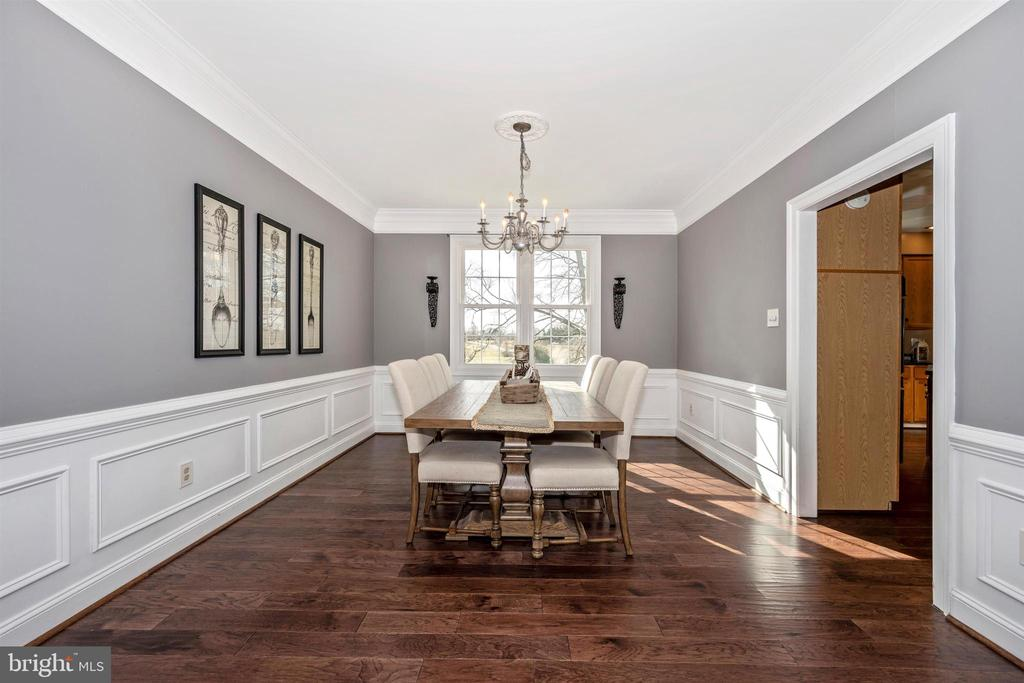 Dining room has wainscotting! - 2983 SUMMIT DR, IJAMSVILLE
