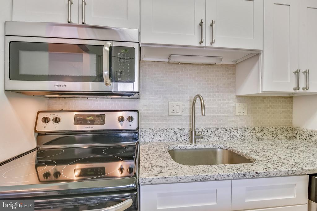 Stainless Steel Appliances - 1808 OLD MEADOW RD #1011, MCLEAN