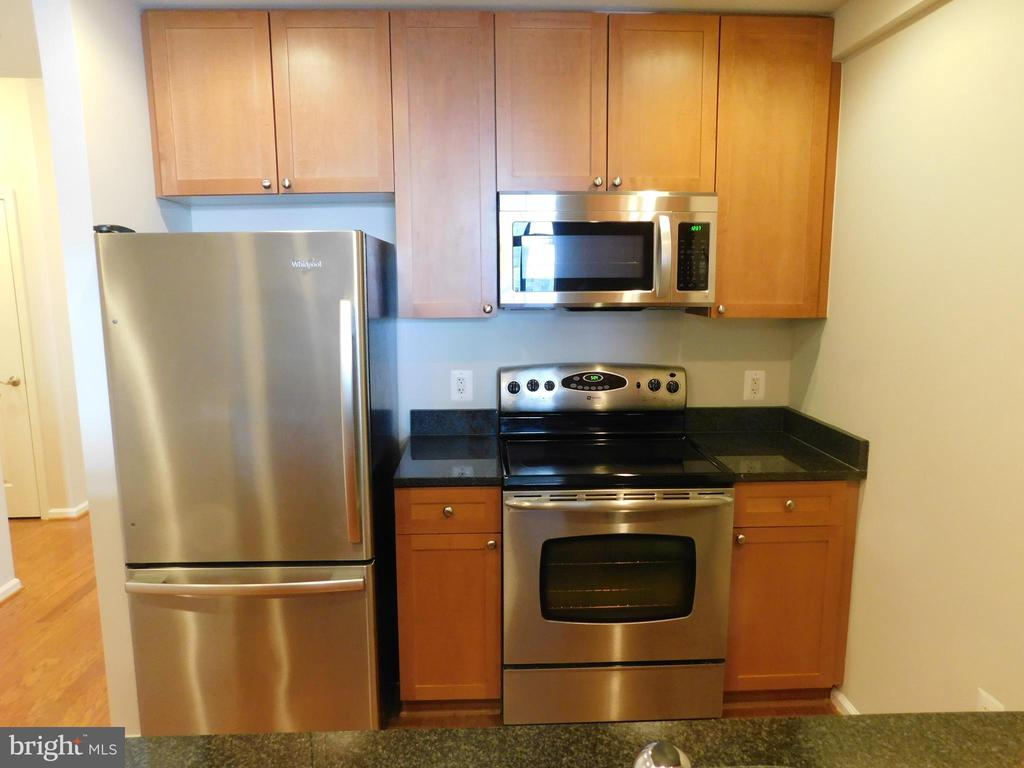 Kitchen including new microwave - 11700 OLD GEORGETOWN RD #314, NORTH BETHESDA