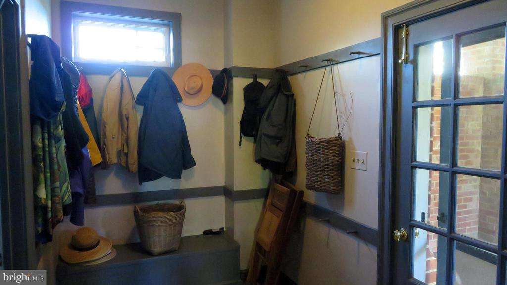 Mud Room - 110 LINDEN LN, FLINT HILL