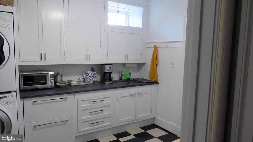 Lower Level kitchen/laundry - 110 LINDEN LN, FLINT HILL