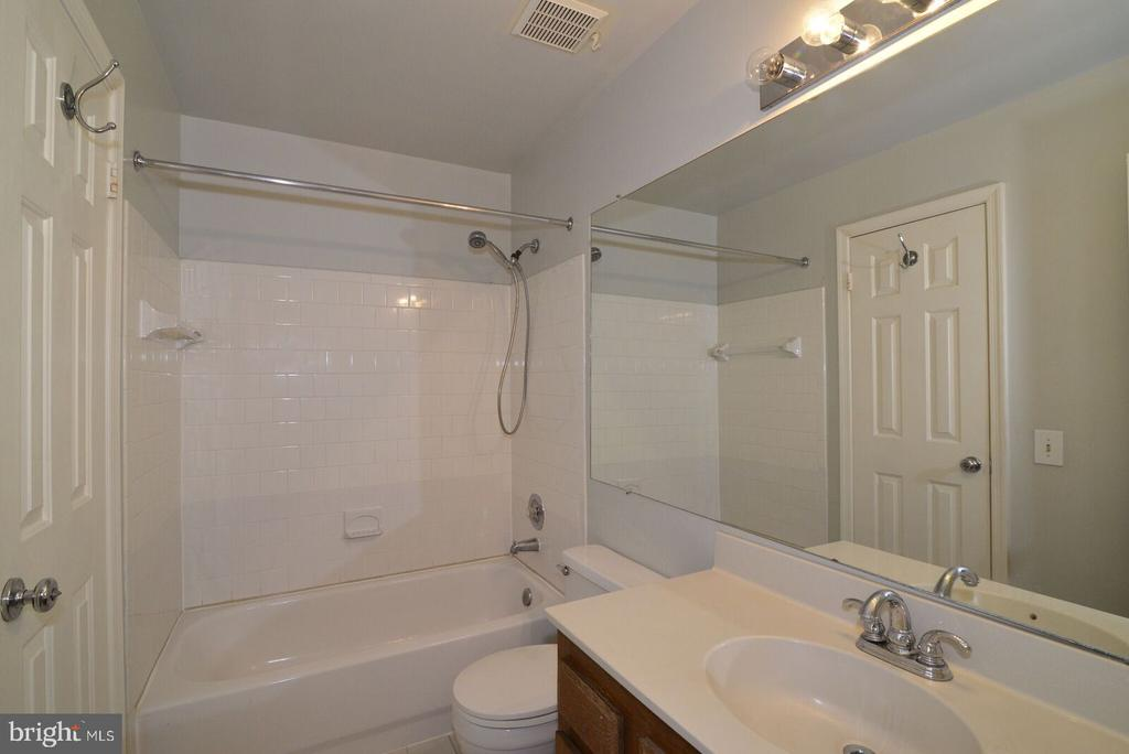 Master bath with tub and shower - 14776 BASINGSTOKE LOOP, CENTREVILLE