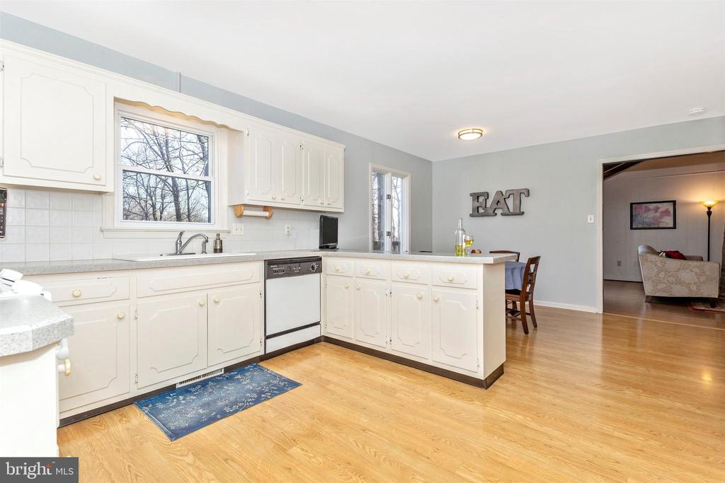 Light and bright kitchen - 5800 MEADOW DR, FREDERICK