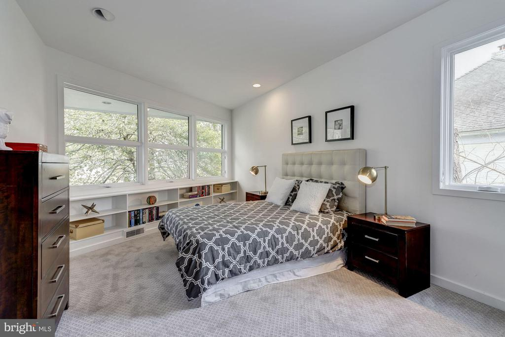 Spacious Fourth Bedroom with Built-Ins - 4708 DORSET AVE, CHEVY CHASE