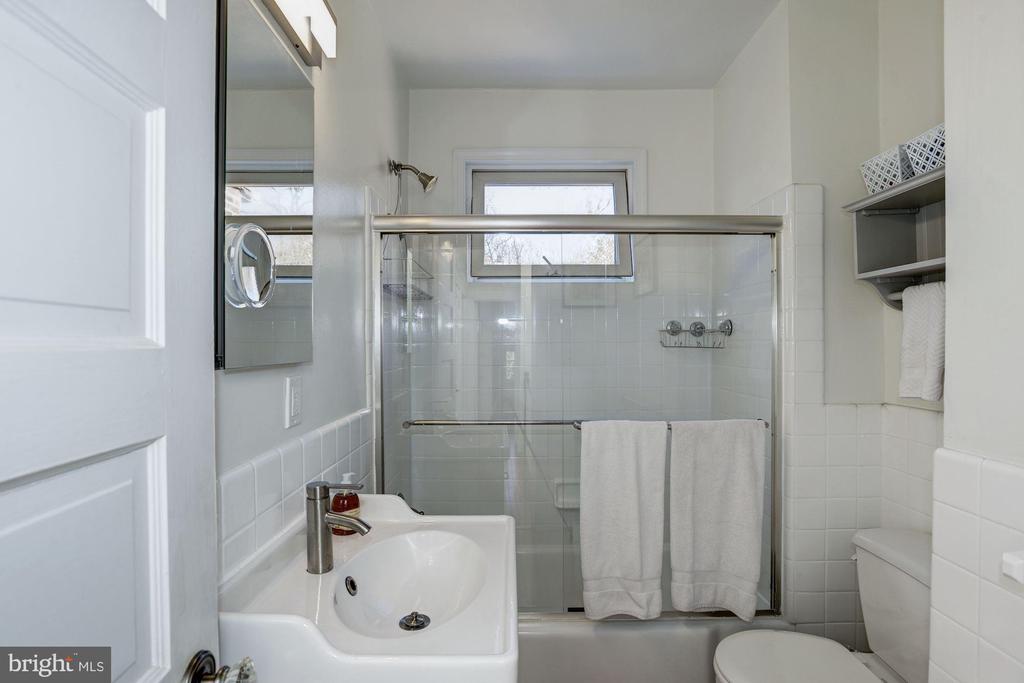 Upper Level Bathroom - 1690 32ND ST NW, WASHINGTON