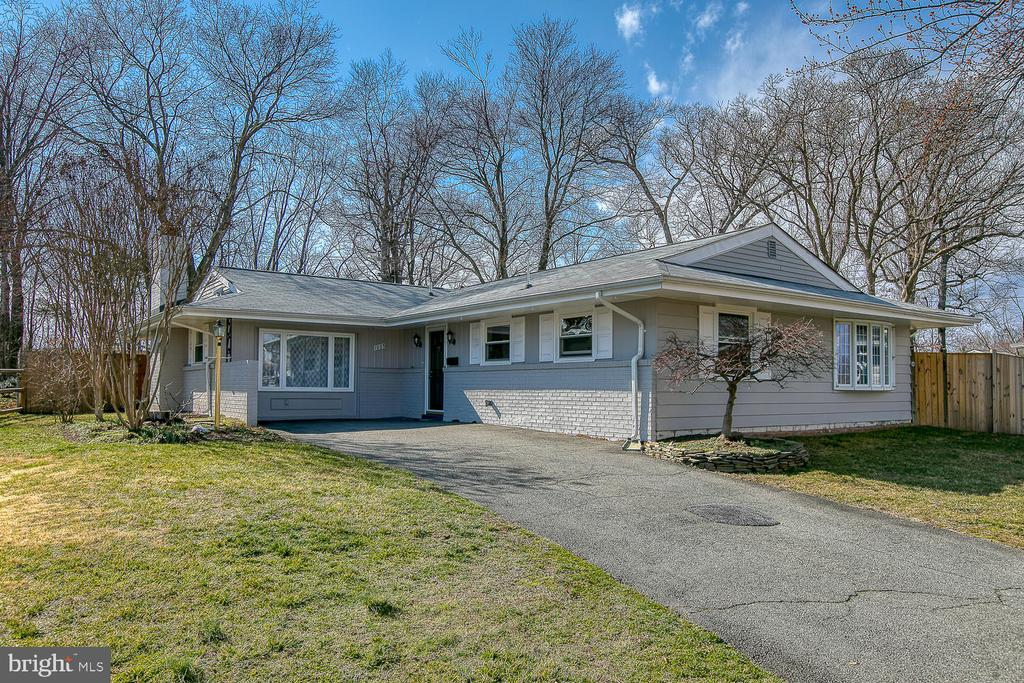 Great curb appeal on the largest lot - 1033 IRONWOOD, STERLING