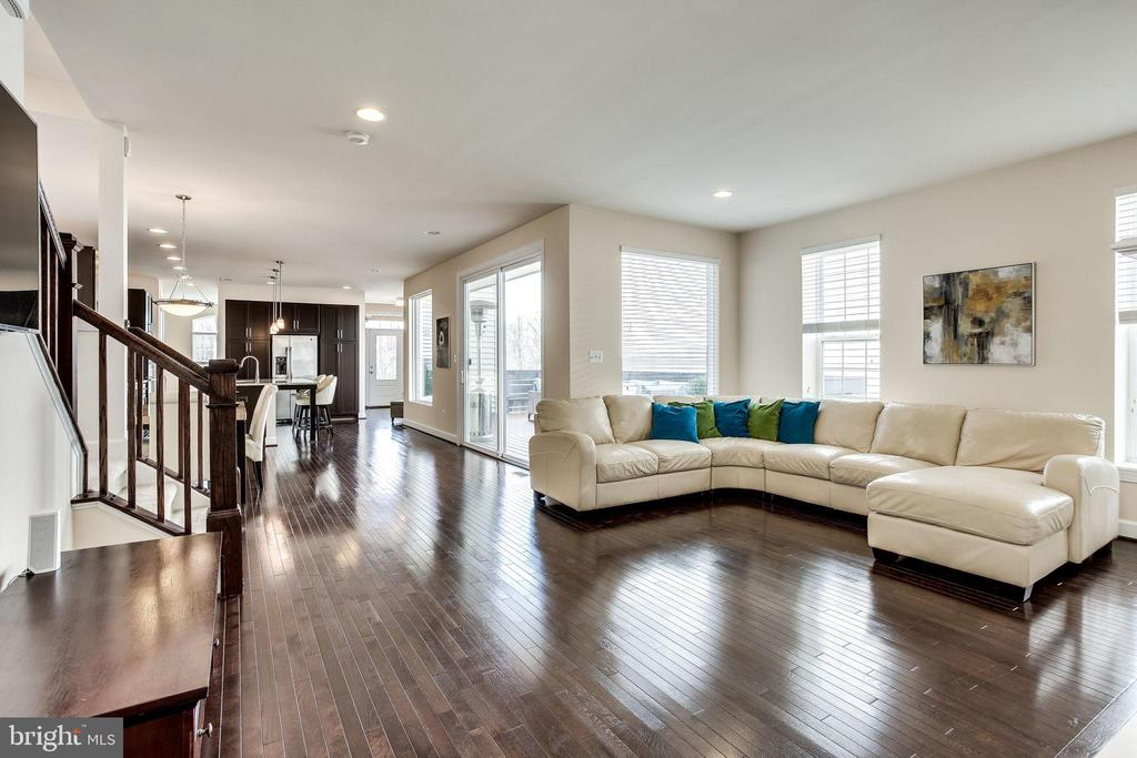 Bask in natural light coming from all directions - 44536 STEPNEY DR, ASHBURN