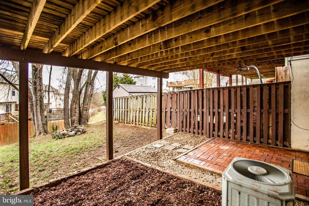Private backyard with covered patio area - 304 SEDGWICK CT, STAFFORD