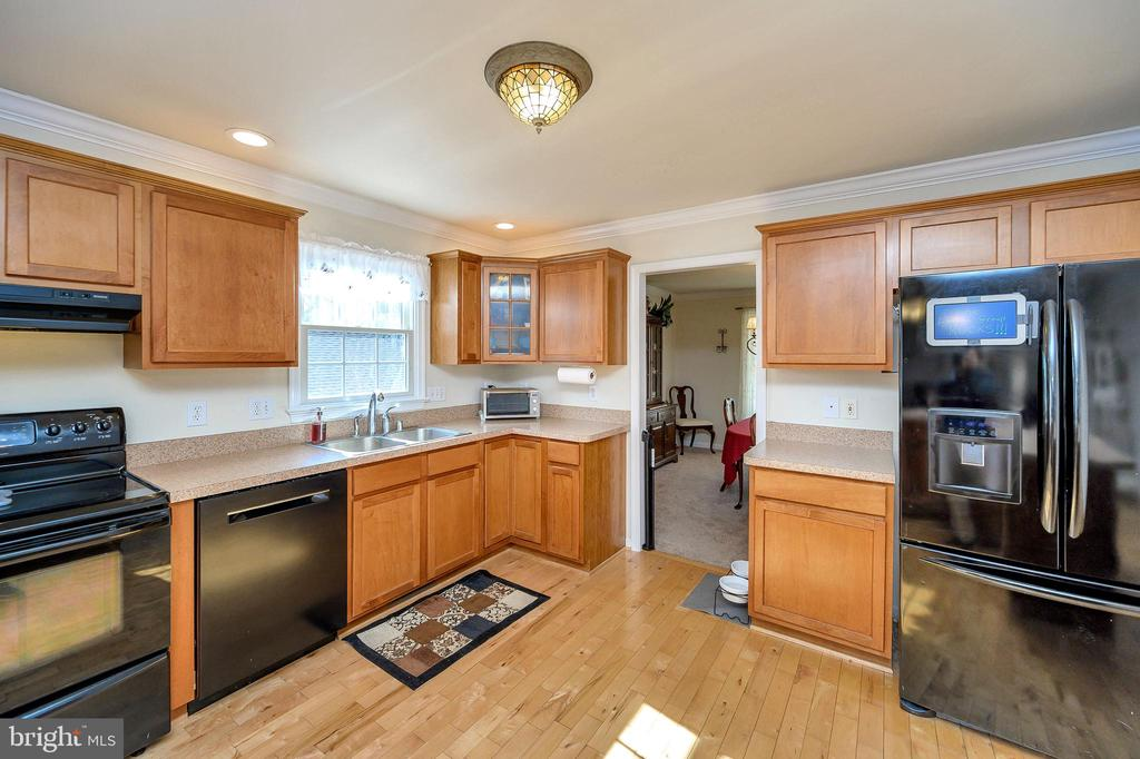 Oodles of cabinet and counter space. - 200 SAND TRAP LN, LOCUST GROVE