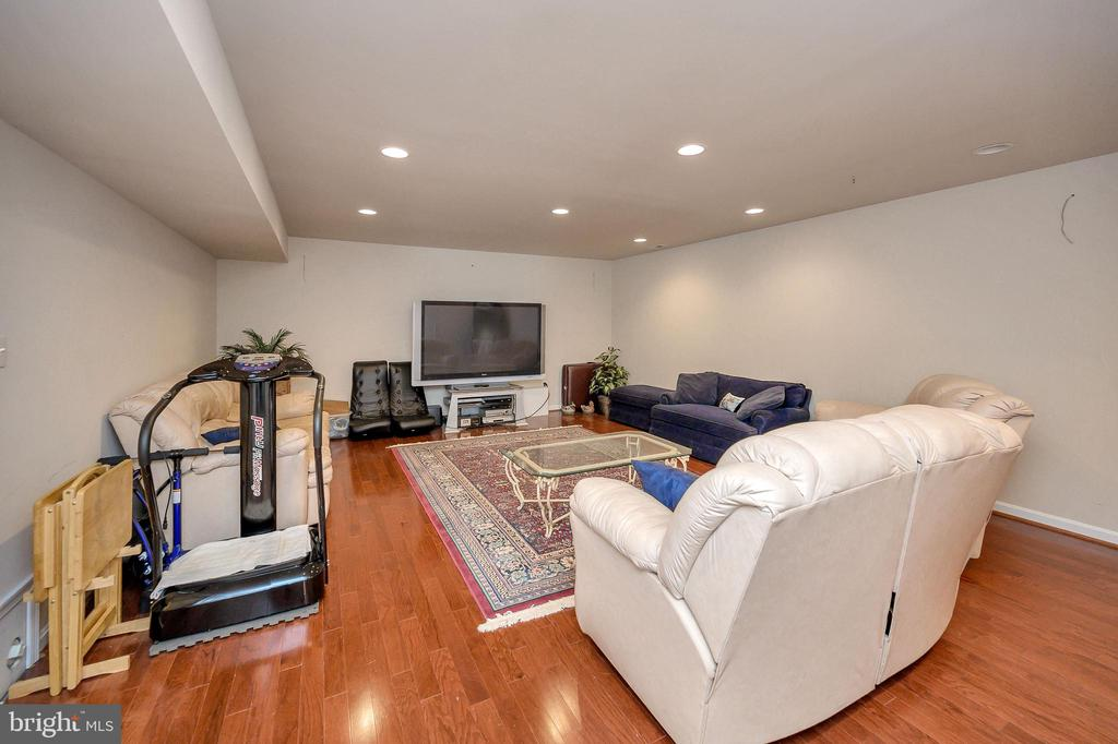 Large family room perfect for game day! - 200 SAND TRAP LN, LOCUST GROVE
