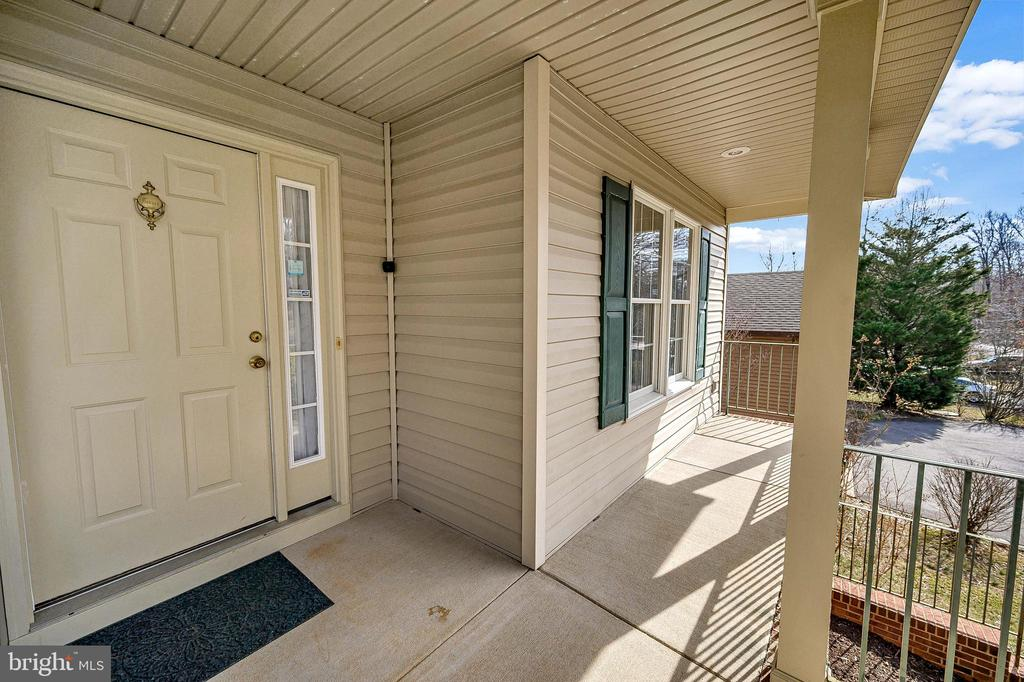 Beautiful entry - Relax on the Front Porch. - 200 SAND TRAP LN, LOCUST GROVE