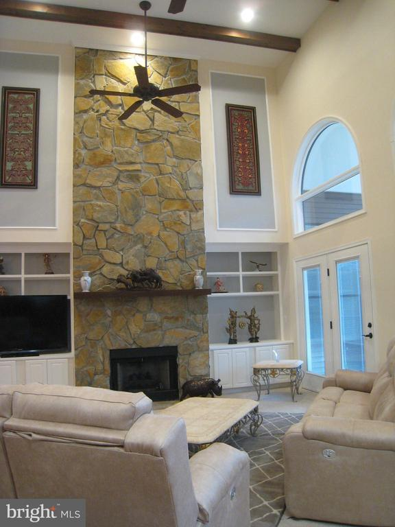 Stone Gas Fireplace in Living Room - 6505 MATTHEW LN, MINERAL