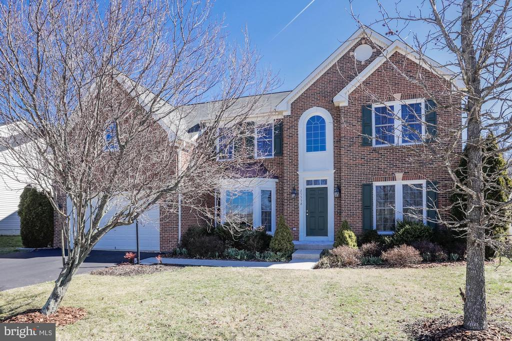 Beautiful Front Landscaping, well kept by seller - 25558 MINDFUL CT, ALDIE