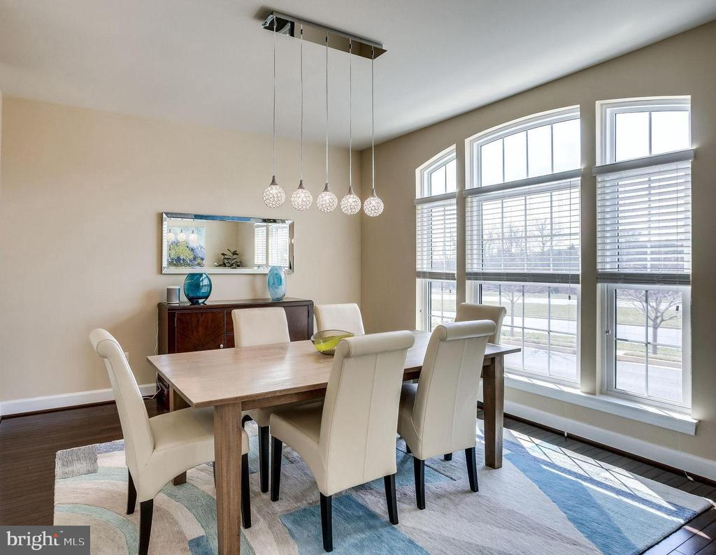 Entertain friends in this spacious dining area - 44536 STEPNEY DR, ASHBURN
