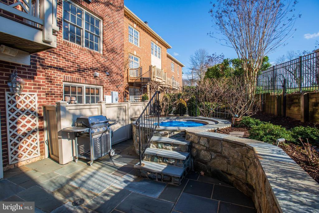 hot tub at the south side of the patio - 3818 N RANDOLPH CT, ARLINGTON