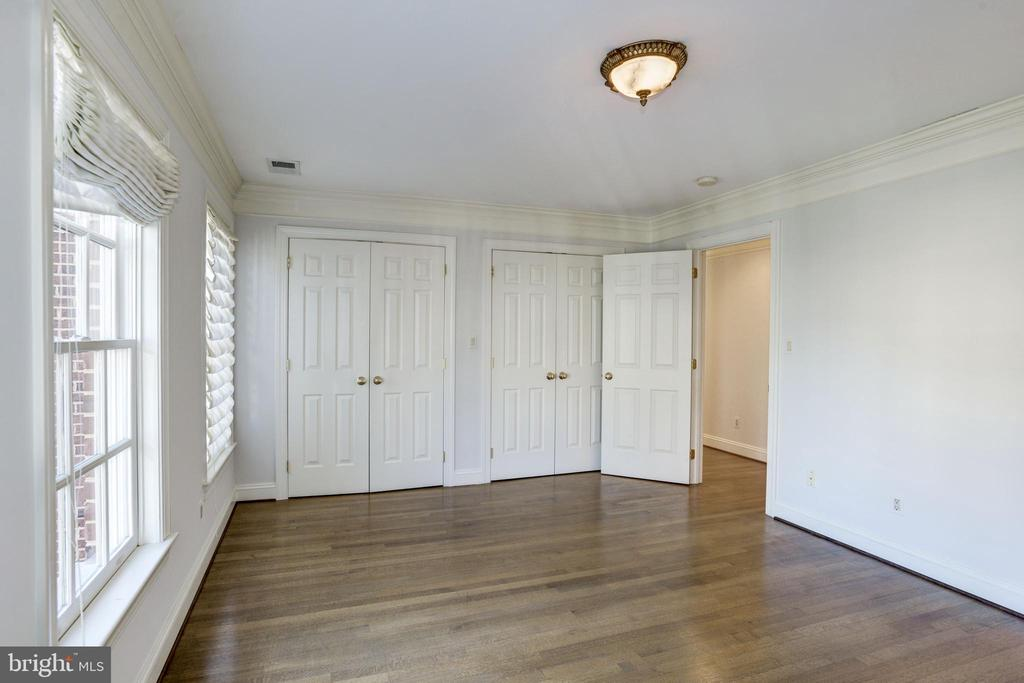 third bedroom with double closets, wood floors - 3818 N RANDOLPH CT, ARLINGTON