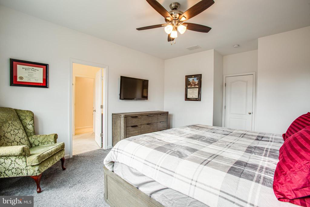 Ceiling fans in every bedroom - 48 SURVEYORS WAY, STAFFORD