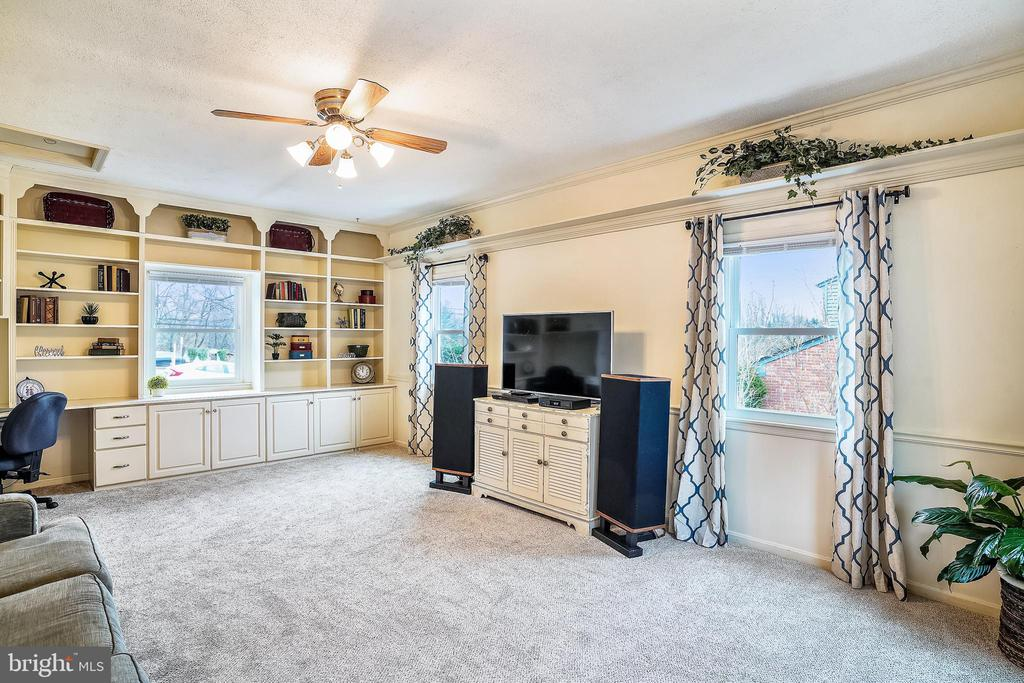 Family Room addition with wonderful built-ins - 24624 RIDGE RD, DAMASCUS