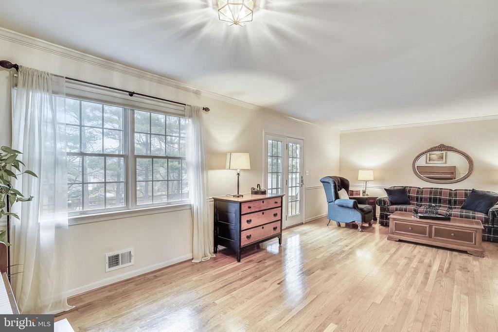 Living Rm with Hardwood Flooring - 24624 RIDGE RD, DAMASCUS