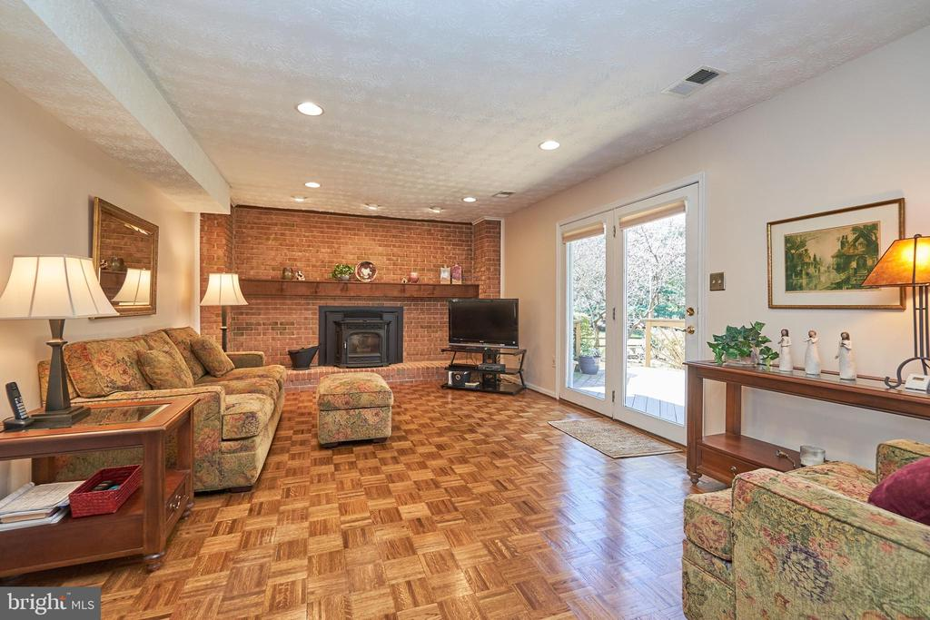 Adjoining family room with pellet stove - 914 ROLLING HOLLY DR, GREAT FALLS
