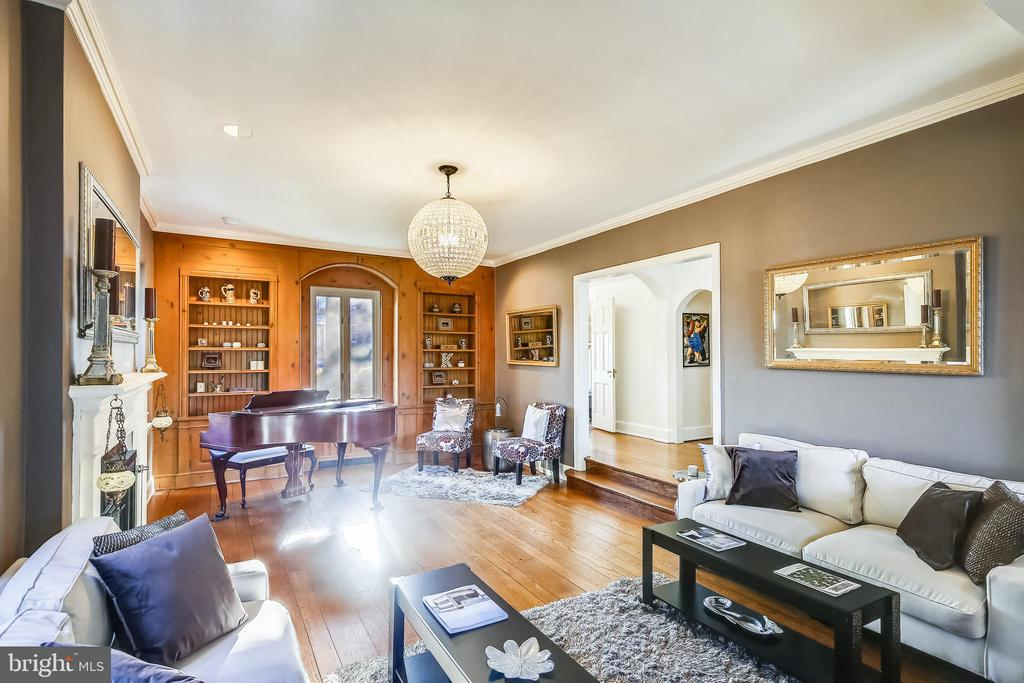 Living room with custom built-in bookcases - 2607 31ST ST NW, WASHINGTON