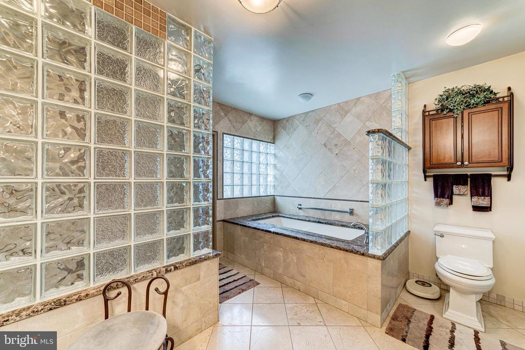 A master bath you will never want to leave - 7804 WINDY POINT CT, SPRINGFIELD