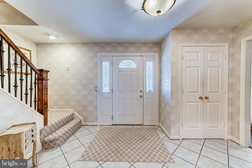 Convenient guest closet - 7804 WINDY POINT CT, SPRINGFIELD