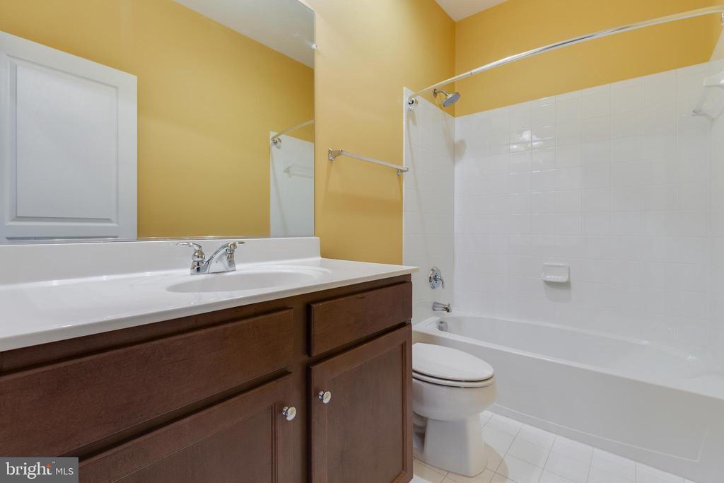 Upper Level Hall Bathroom - 15879 FROST LEAF LN, LEESBURG