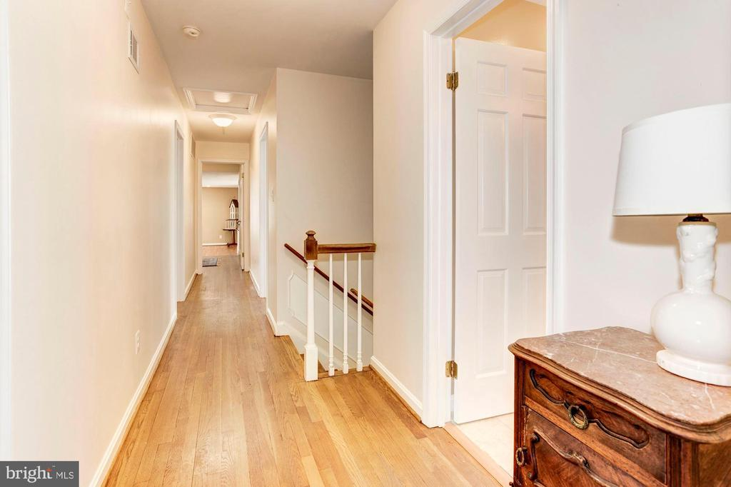 The upstairs hallway. - 11726 WINTERWAY LN, FAIRFAX STATION